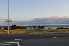 Rue sur le chemin à la baie d'acacia, Nouvelle-Zélande Photos stock