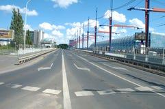 Rue sur le pont de gare ferroviaire à Poznan, Pologne Photos libres de droits