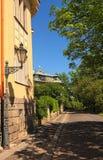 Rue tranquille avec les bâtiments résidentiels dans la partie historique de Prague Jour ensoleillé de source photographie stock libre de droits