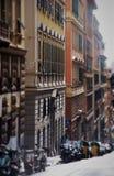 Rue tranquille de ville avec les véhicules stationnés Photographie stock libre de droits