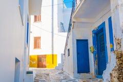 Rue ?troite avec les maisons rustiques dans le village de Lefkes photos libres de droits