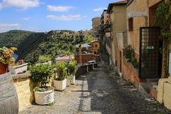 Rue typique de la ville de Castel Gandolfo, province Laz de Rome photos libres de droits