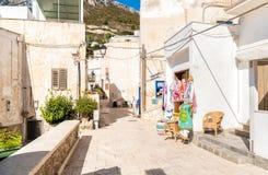 Rue typique de petit village sur l'île de Levanzo, Trapani, Italie photo stock