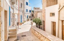 Rue typique de petit village sur l'île de Levanzo, Trapani, Italie image stock