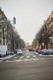 Rue typique de Strasbourg avec la cathédrale à l'arrière-plan Photographie stock libre de droits