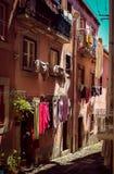 Rue typique en Italie avec de nombreux vêtements image stock