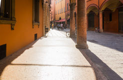 Rue à un centre d'une vieille ville à Bologna Image libre de droits