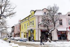 Rue urbaine dans une tempête de neige Photographie stock libre de droits