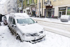 Rue urbaine dans une tempête de neige Images stock