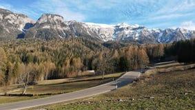 rue vers les Alpes, Dolomiti di Brenta, Madonna di Campiglio, Bel Vedere photos stock