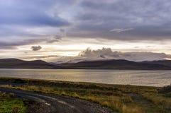 Rue vide avec le paysage islandais pendant l'heure d'or de lever de soleil Photo stock