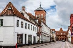 Rue vide de matin avec de vieilles maisons de ville royale Ribe dans le repaire Photographie stock