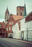 Rue vide de matin avec de vieilles maisons de ville royale Ribe dans le repaire Photos libres de droits