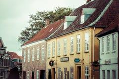 Rue vide de matin avec de vieilles maisons de ville royale Ribe dans le repaire Image libre de droits