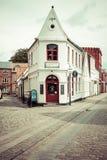 Rue vide de matin avec de vieilles maisons de ville royale Ribe dans le repaire Images stock