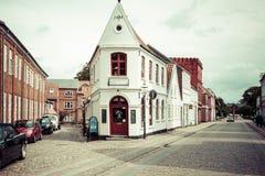 Rue vide de matin avec de vieilles maisons de ville royale Ribe dans le repaire Images libres de droits