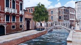 Rue vide de Venise avec le pont antique au-dessus du canal illustration libre de droits