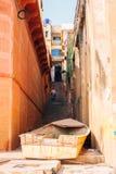 Rue vieux bâtiments et ghat colorés du Gange à Varanasi, Inde image libre de droits