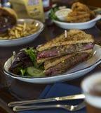 Rueben Sandwich med lökcirklar royaltyfri bild