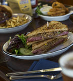 Rueben Sandwich mit Zwiebel-Ringen Lizenzfreies Stockbild