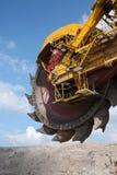 Rueda amarilla grande del excavador del carbón Foto de archivo