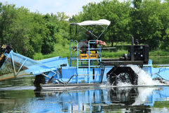 Rueda de agua de una máquina segador de la vegetación del lago Foto de archivo