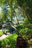 Rueda de agua del metal Barril de madera con el agua potable Fotografía de archivo