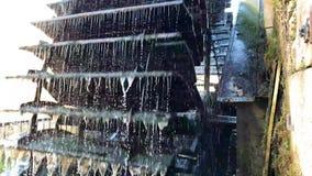 Rueda de agua vieja hecha del metal y de la madera metrajes