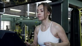 Rueda de ardilla femenina joven hermosa de Is Running On A del modelo de Fitnes almacen de video