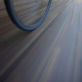 Rueda de bicicleta con la falta de definición de movimiento Fotos de archivo libres de regalías