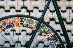Rueda de bicicleta trasera con las etiquetas engomadas imagen de archivo