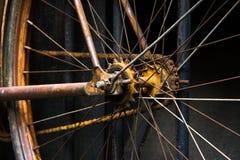 Rueda de bicicleta vieja y oxidada Imagen de archivo