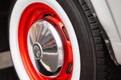 Rueda de coche del vintage, rojo pintado, el concepto de la historia del desarrollo de coches Primer fotografía de archivo