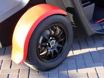 Rueda de coche en un primer del coche disco de adaptación de la rueda fotografía de archivo libre de regalías