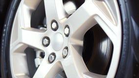 Rueda de coche en un primer del coche existencias disco de adaptación de la rueda Primer de la rueda de coche fotos de archivo libres de regalías