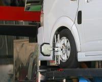 Rueda de coche fijada con la abrazadera automatizada de la máquina de la alineación de rueda Fotografía de archivo libre de regalías