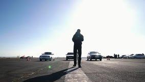 Rueda de coche que deriva y que fuma en la edición de la oscuridad de la pista almacen de metraje de vídeo