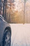 Rueda de coche, viaje al bosque del invierno Imagen de archivo