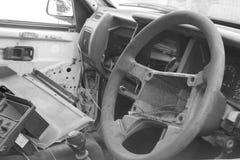 Rueda de coche vieja rota blanco y negro de la dirección Imágenes de archivo libres de regalías