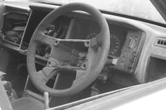rueda de coche vieja rota blanco y negro de la dirección, vieja la rueda con color negro Imágenes de archivo libres de regalías