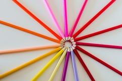Rueda de color roja del espectro hecha de los creyones brillantemente coloreados del lápiz fotografía de archivo