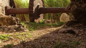 Rueda de engranaje antigua que se sienta al lado del acueducto del siglo XVIII Montego Bay, Jamaica almacen de video