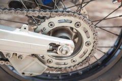 Rueda de engranaje con la cadena de la rueda de la motocicleta Fotos de archivo libres de regalías