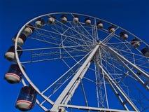 Rueda de Ferris con el cielo azul Foto de archivo libre de regalías
