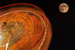 Rueda de Ferris con la Luna Llena en fondo. Fotografía de archivo libre de regalías