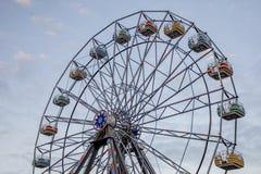Rueda de Ferris contra el cielo azul foto de archivo