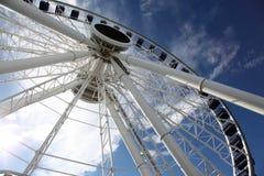 Rueda de Ferris contra el cielo azul fotos de archivo