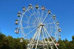 Rueda de Ferris contra el cielo azul brillante Fotos de archivo libres de regalías
