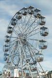 Rueda de Ferris contra un cielo azul Fotos de archivo libres de regalías