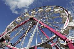 Rueda de Ferris del parque de atracciones parada para la carga siguiente Fotografía de archivo libre de regalías